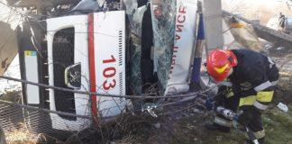 У гірському прикарпатському селищі вантажівка після зіткнення зі «швидкою» злетіла у ріку ФОТО
