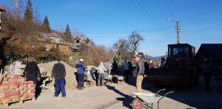В Яремче мешканці змушені самостійно ремонтувати дороги