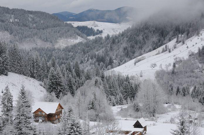 Справжня зимова казка в Дземброні: неймовірні світлини найвисокогірнішого села України. Фото