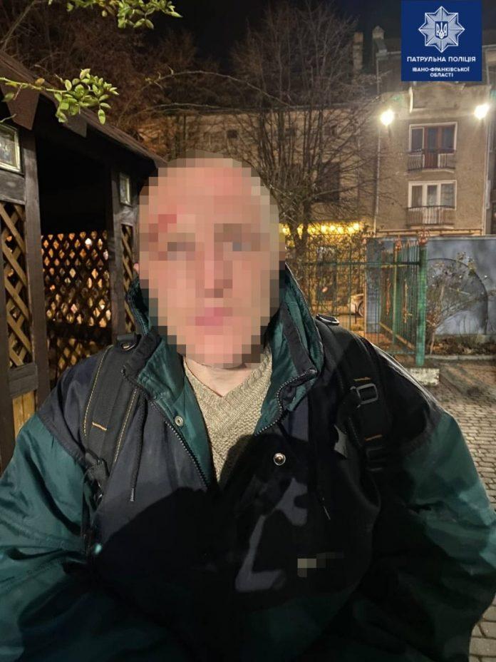 Франківські патрульні затримали хулігана, який п'яним пошкодив вікно у церкві