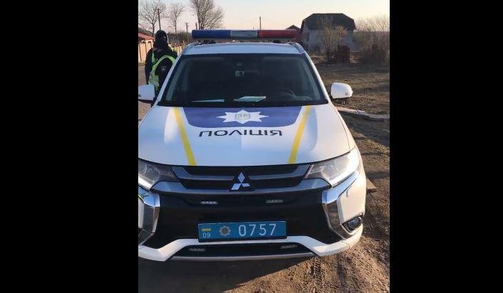 На Франківщині поліцейського, який ніс чергування на блок-пості, упіймали на тому, як він збирав гроші у водіїв ВІДЕО