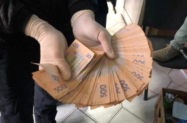 На Прикарпатті кіберполіцейський отримав хабар у сумі 150 тисяч гривень